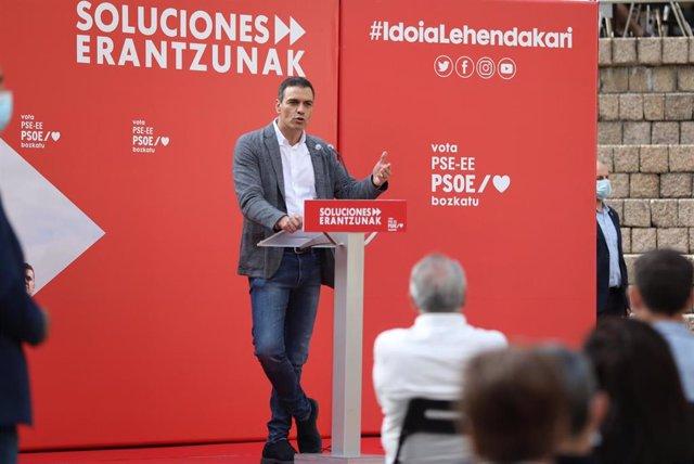 El presidente del Gobierno, Pedro Sánchez, durante su intervención un acto en la Plaza de los Fueros de Vitoria para apoyar a la candidata a lehendakari del PSE-EE, Idoia Mendia, Vitoria-Gasteiz, Álava, País Vasco (España), a 9 de julio de 2020.