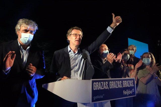 El presidente de la Xunta y candidato a la reelección por el PP, Alberto Núñez Feijóo, celebra su victoria en las elecciones gallegas durante la noche electoral del 12J en Santiago de Compostela, A Coruña, Galicia (España) a 12 de julio de 2020.