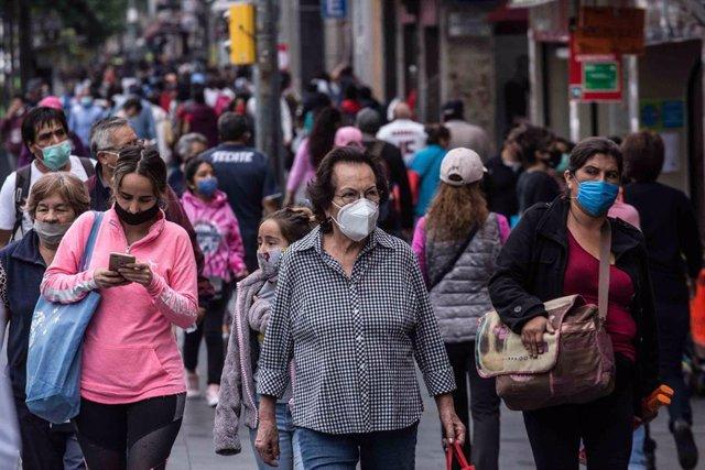 Varias personas pasean por la calle en México pese al coronavirus.