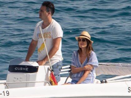 Isabel Jiménez disfruta de un día en alta mar muy bien acompañada