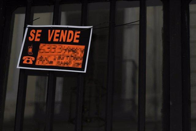 Cartel colgado en un edificio que indica que el inmueble está en venta durante el día 40 de confinamiento por la crisis del Covid-19. En Madrid, (España), a 23 de abril de 2020.