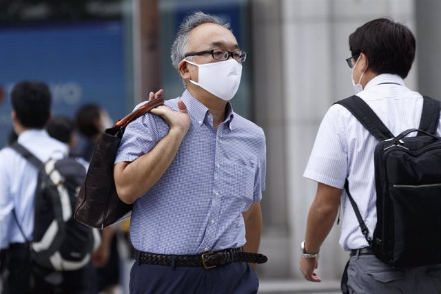 Un hombre con mascarilla en Tokio