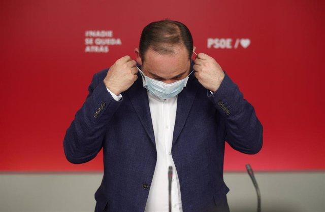 El ministro de Transportes, Movilidad y Agenda Urbana, y Secretario de Organización del PSOE, José Luis Ábalos, se quita la mascarilla antes de ofrecer una rueda de prensa durante la noche electoral del 12J para valorar los resultados obtenidos por su for