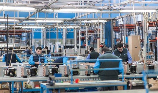 Obreros trabajando en una planta Industrial