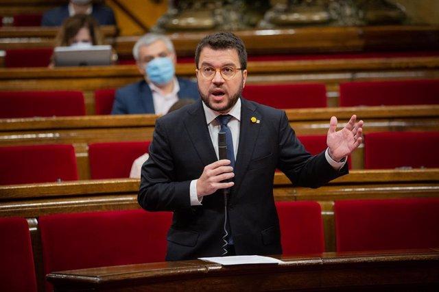 El vicepresidente de la Generalitat, Pere Aragonès, interviene en el Parlament catalán durante la segunda sesión plenaria monográfica sobre la gestión de las residencias para personas mayores y para personas con discapacidad durante la pandemia del COVID-