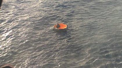 Rescatado de una balsa salvavidas tras hundirse su velero entre el Cabo de Gata y Carboneras (Almería)