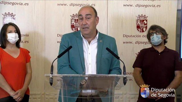 El presidente de la Diputación de Segovia, Miguel Ángel De Vicente, presenta 'Arte en la naturaleza' junto a la alcaldesa de Espirdo, María Cuesta, y el coordinador del certamen, Cristian Hugo.