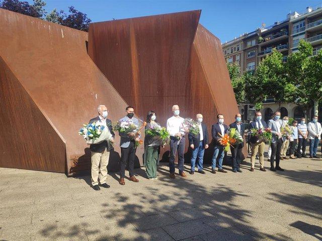 El Equipo de Gobierno del Ayuntamiento de Logroño se ha congregado este lunes junto a la Escultura en Memoria a la Víctimas del Terrorismo con motivo del aniversario de la muerte de Miguel Ángel Blanco.