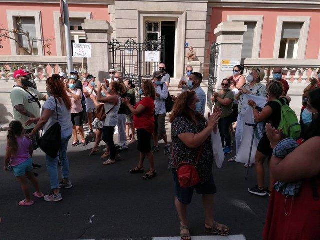 Simpatizantes de la alcaldesa de Santa Cruz, Patricia Hernández, se concentran frente al Ayuntamiento
