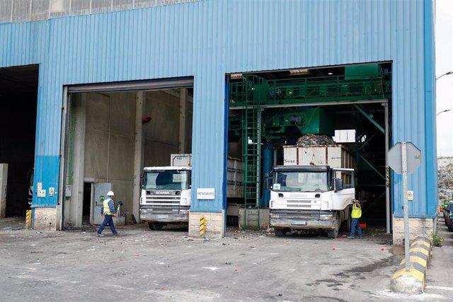 Dos camiones estacionados en el depósito de residuos del Parque Tecnológico de Valdemingómez.