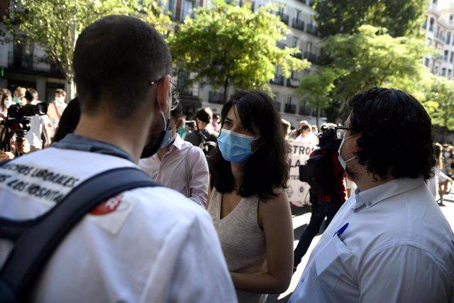 La portavoz de Podemos, Isa Serra,  durante una manifestación de médicos internos residentes (MIR) de la Comunidad de Madrid