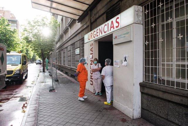 Varios sanitarios en la puerta de Urgencias del  Hospital de la Princesa durante la pandemia de Covid-19