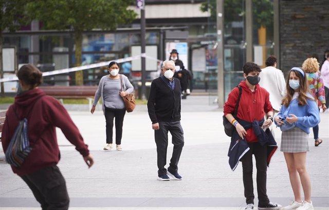 Transeúntes pasean por calles de Santander con mascarilla