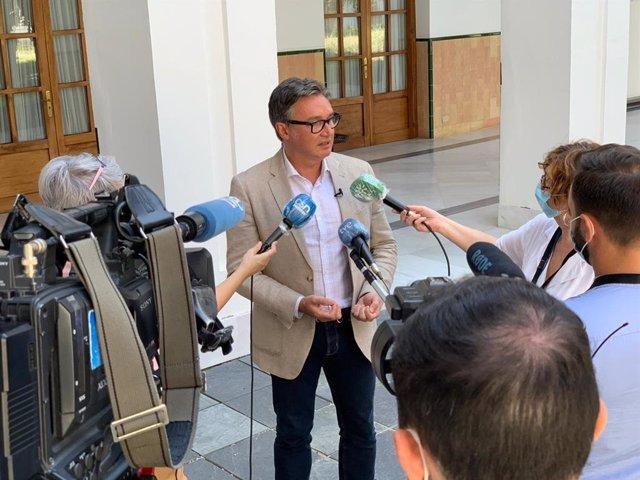 El diputado de Vox en Andalucía Manuel Gavira atendiendo a los periodistas en el Parlamento