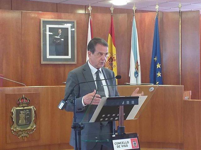 El alcalde de Vigo, Abel Caballero, en una rueda de prensa en el Salón de Plenos del Ayuntamiento olívico.