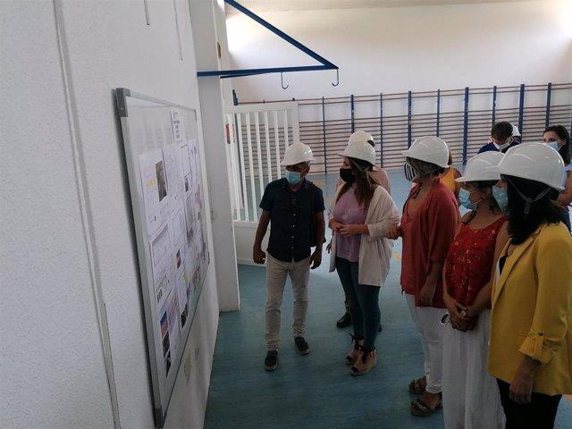 La consejera de Educación y Cultura, Esperanza Moreno, durante su visita al IES Manuel Tárraga Escribano de San Pedro del Pinatar.