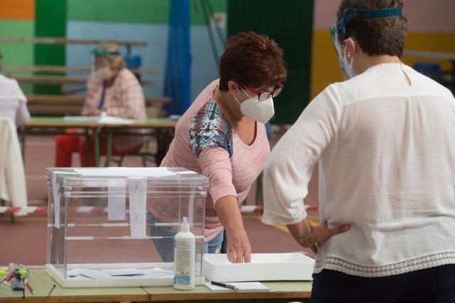 Una mujer acude a votar en las elecciones autonómicas de Galicia en la población de Burela, en la comarca de A Mariña, Lugo, Galicia (España), a 12 de julio de 2020.