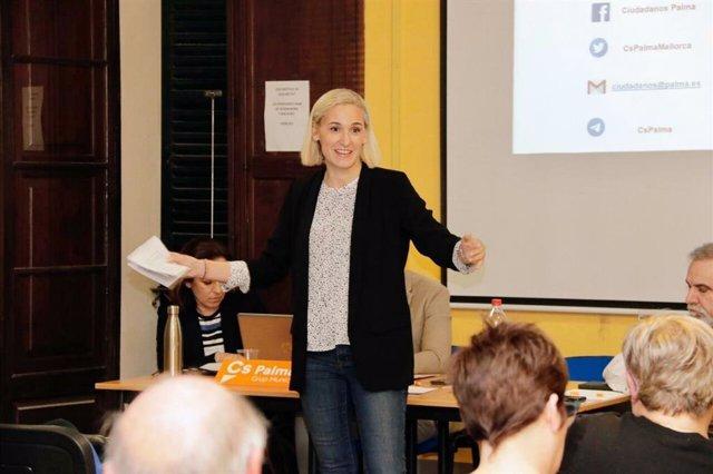 La portavoz de Cs Palma, Eva Pomar, en una reunión con vecinos y comerciantes
