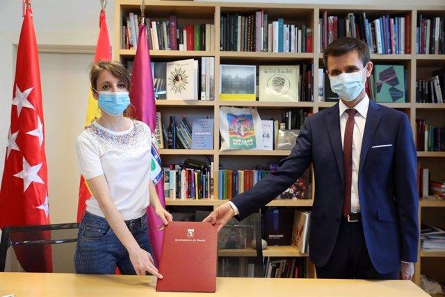 La delegada de Cultura del Ayuntamiento de Madrid, Andrea Levy, y el director general de Telemadrid, José Pablo López, tras suscribir un acuerdo para retransmitir espectáculos de los Veranos de la Villa.