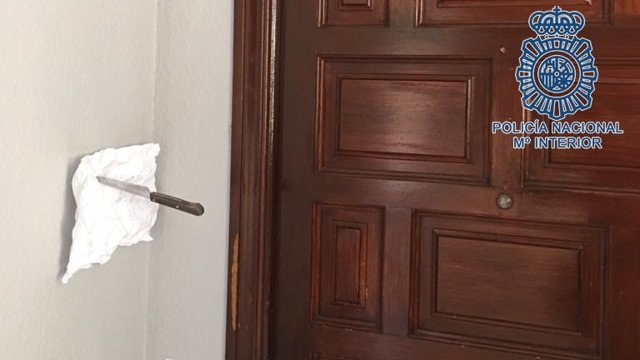 Nota intimidatoria en la puerta de la víctima