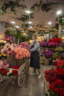 El empleado de una tienda de decoración protegido con mascarilla y guantes, durante el segundo día de la fase 1 del plan de desescalada que ha elaborado el Gobierno de España. En Sevilla, (Andalucía, España), a 12 de mayo de 2020.