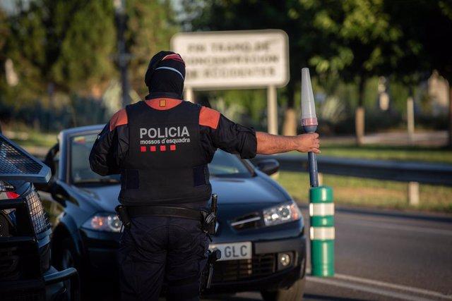 Un mosso d'esquadra controla l'accés a l'A2 a Lleida, capital de la comarca del Segrià. Catalunya (Espanya), 6 de juliol del 2020.