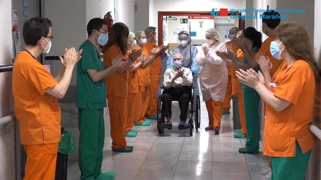 Imagen del homenaje de sanitarios del Hospital Gregorio Marañón a Pedro, un paciente de Covid-19