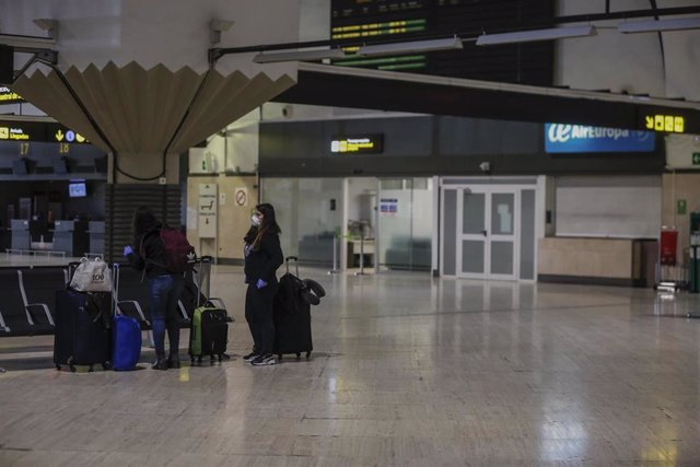 Dos pasajeras en la zona terminal de embarque del aeropuerto de Sevilla-San Pablo, habilitado este lunes como punto de entrada a España con capacidad de atención a emergencias de salud pública de importancia internacional. En Sevilla (Andalucía, España),