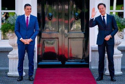 """Sánchez se reúne con Rutte para intentar vencer su resistencia a un acuerdo """"ambicioso y solidario"""" europeo"""