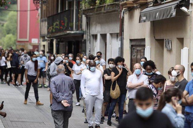 Vecinos de Ordizia hacen cola para realizarse un test de coronavirus en las carpas instaladas en el parque Barrena por el Ayuntamiento de Ordizia para realizar test ante el posible brote de COVID-19 (archivo)
