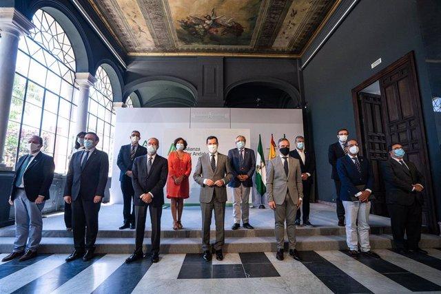 El presidente de la Junta, Juanma Moreno, este lunes durante la reunión del Foro Andaluz de Universidades Públicas, que ha contado con la presencia de los rectores y los consejeros de Hacienda, Juan Bravo, y de Economía, Rogelio Velasco.