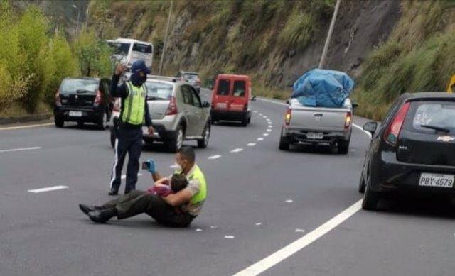 Las imágenes de un policía de Ecuador calmando a un niño tras un brutal accidente en carretera se hacen virales