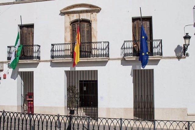 Banderas a media asta en el Ayuntamiento de Estepa (Sevilla).