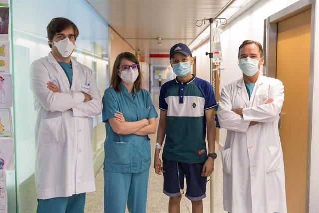 De izq. A dcha: El Dr. José Lamo de Espinosa, de Cirugía Ortopédica y Traumatología, la Dra. Elena Panizo, de Pediatría Oncológica, y el Dr. Mikel San Julián, de Cirugía Ortopédica y Traumatología.