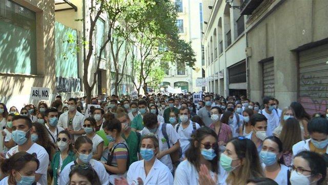 Miles de MIR de la Comunidad de Madrid se manifiestan frente a la Consejería de Sanidad.