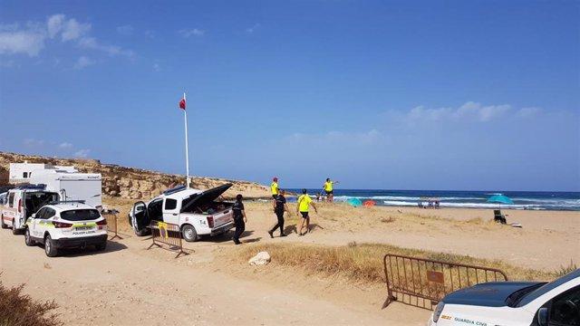 Bandera roja en una playa de Níjar (Almería)