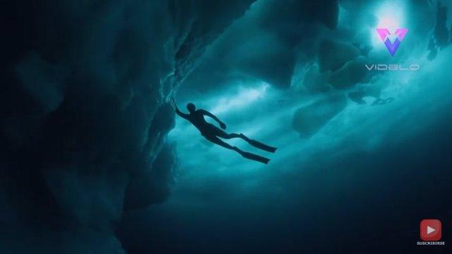 El fotógrafo Tobias Friedrich  se sumerge en las aguas de Groenladia para averiguar cómo es un iceberg por debajo