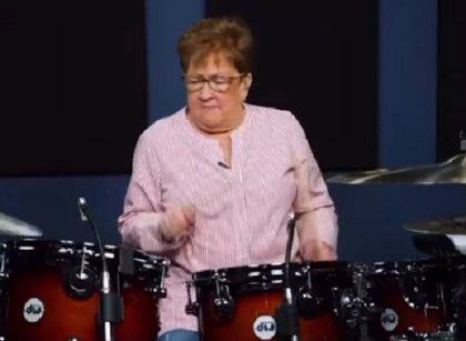 Una abuela batería se hace viral por sus interpretaciones metaleras