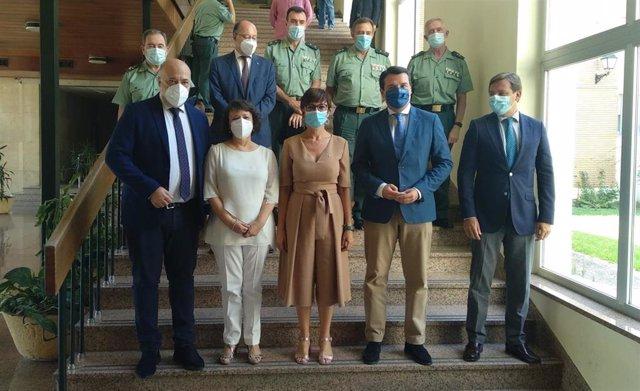 La directora general de la Guardia Civil, María Gámez (centro), junto a autoridades cordobesas tras anunciar que la Benemérita celebrará en Córdoba la festividad de su patrona