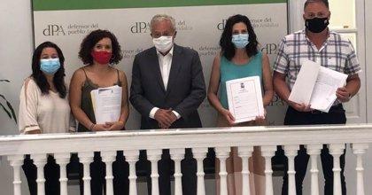 """Alcaldes socialistas de Huelva presentan 5.000 firmas al Defensor del Pueblo ante """"los recortes sanitarios"""""""