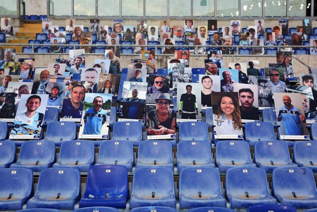Carteles con aficionados del Lazio en Roma