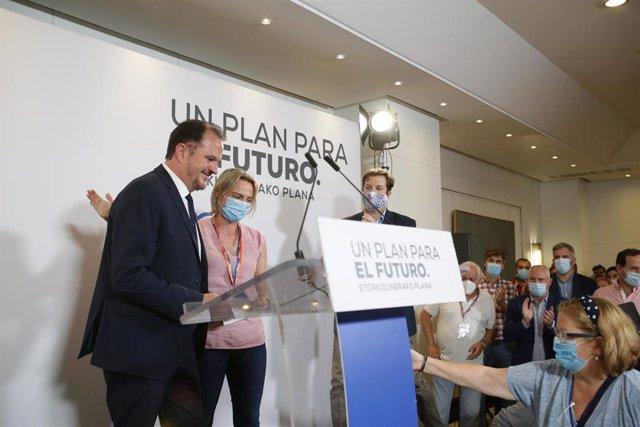 El candidato a lehendakari por la coalición Partido Popular y Ciudadanos, Carlos Iturgaiz y la presidenta del PP de Bizkaia, Raque González, durante la noche electoral