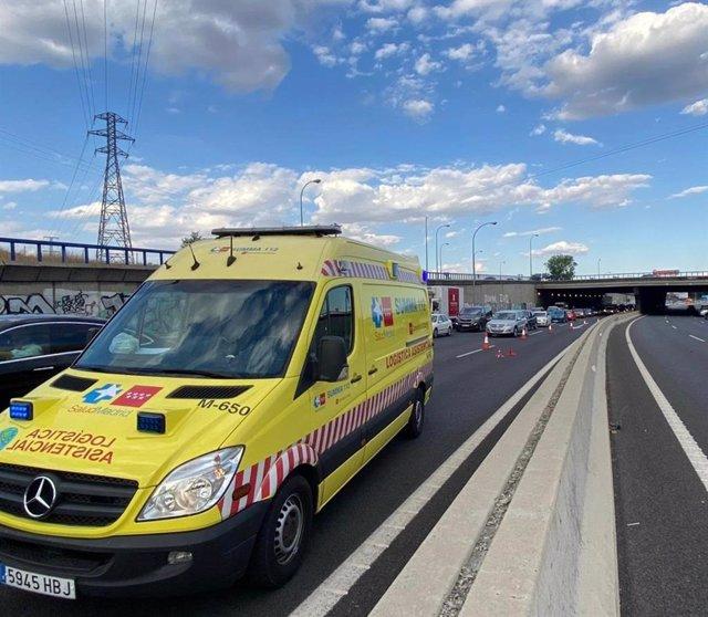 Imagen de una ambulancia del SUMMA 112 en el lugar del accidente donde ha muerto un hombre de unos 50 años al tratar de cruzar la M-40 a la altura del Barrio de La Fortuna.