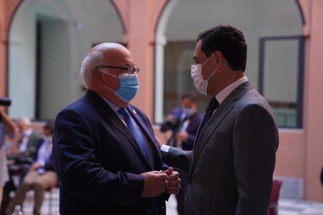 El consejero de Salud y Familias, Jesús Aguirre, y el presidente de la Junta, Juanma Moreno
