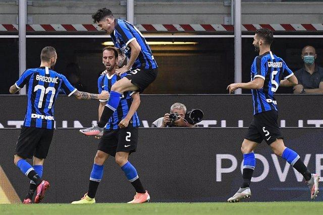 El Inter celebra el gol de Godín