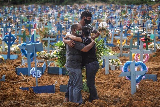 Cementerio de víctimas del coroanvirus en Manaos, Brasil
