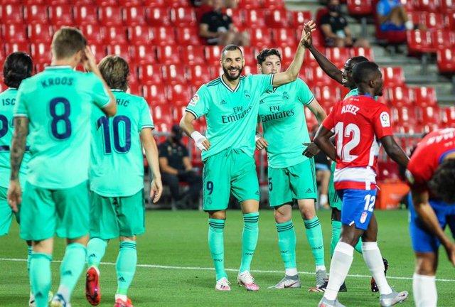 Karim Benzema celebra su gol en el Granada-Real Madrid