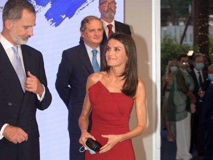 """La Reina apuesta por reciclar su estilismo más rompedor en los Premios """"Cavia"""""""