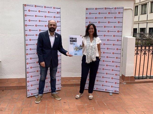 El vicepresident d'Òmnium Cultural Marcel Mauri i l'advocada Neus Torbisco en la presentació de la campanya contra la Corona