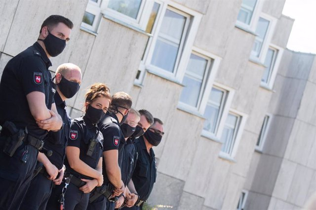 Policías alemanes en una visita del presidente de Baja Sajonia, Stephan Weil, en Wolfsburgo